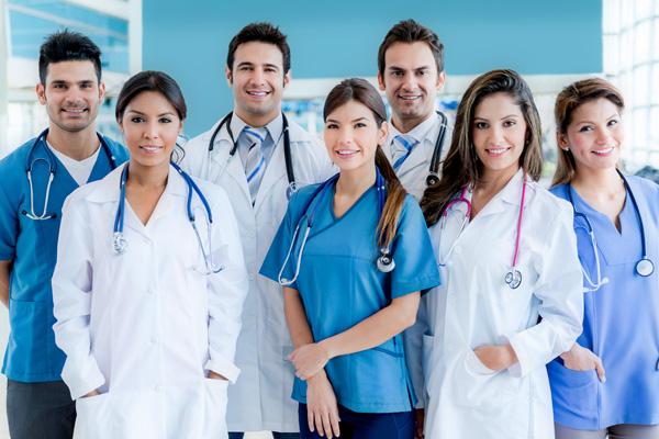 Veja concursos na área da saúde com vagas abertas em abril