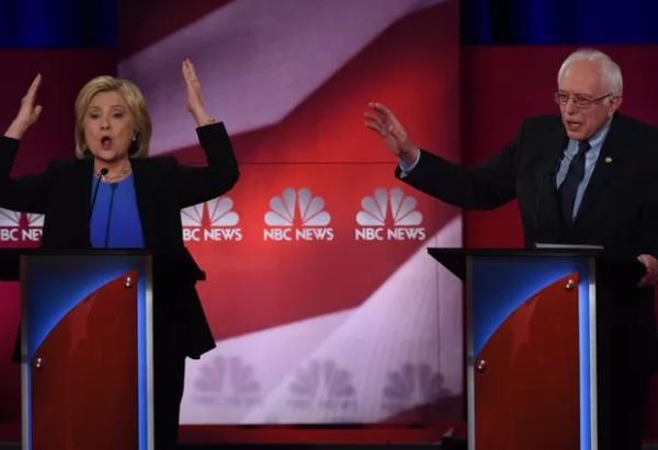 Hillary Clinton e Bernie Sanders no último debate realizado no domingo, dia 17