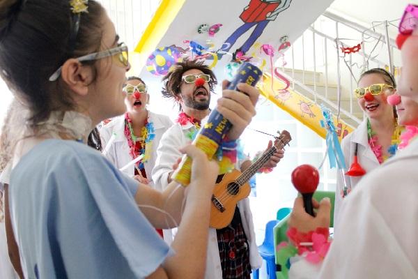 Pacientes internados na unidade de pediatria do Hospital Moinhos de Vento comemoram o Carnaval