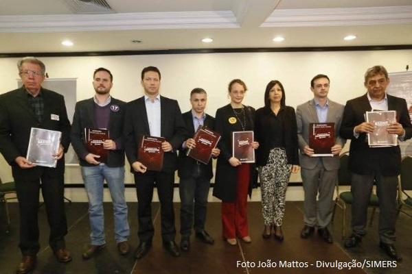 Candidatos à prefeitura de Porto Alegre recebem Dossiê da Saúde1