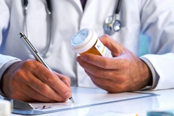 Médicos que atendem um grande volume de pacientes prescrevem mais antibióticos