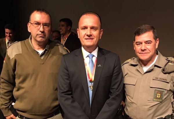 Tenente-coronel Amorim, superintendente Evandro Moraes e coronel Jacques durante a cerimônia