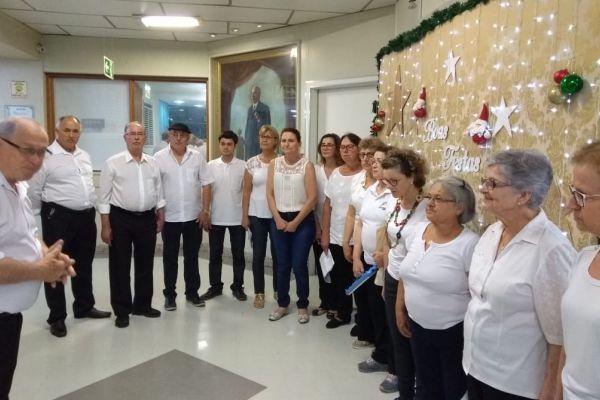 Coral do Hospital Tacchini leva sua mensagem de Natal a colaboradores e pacientes da Instituição.