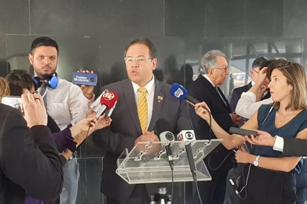 CNSaúde entrega a Bolsonaro carta de apoio à reforma da Previdência