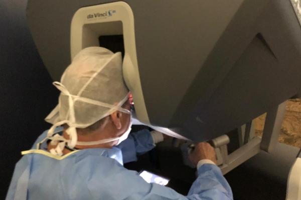 Retirada de tumor no ovário é realizada com o uso da cirurgia robótica pelo Hospital Moinhos de Vento
