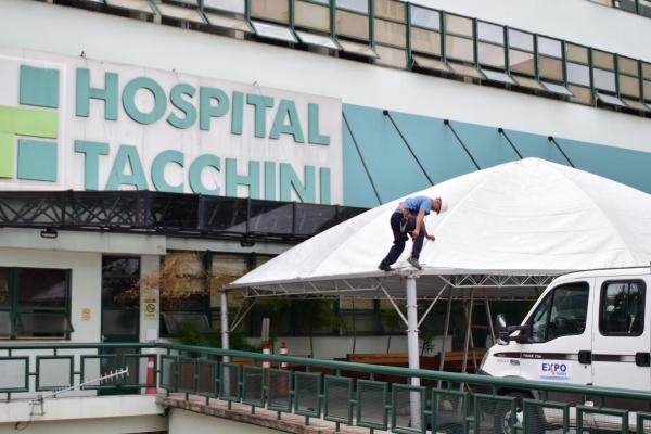 Hospital Tacchini monta estrutura para triagem de casos suspeitos do novo Coronavírus