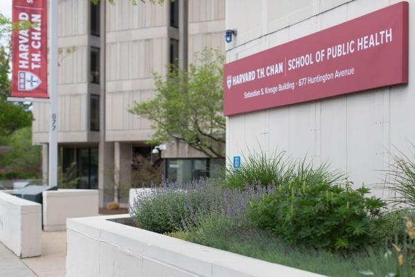 Distanciamento social intermitente é a melhor estratégia, defendem especialistas em saúde pública da Harvard