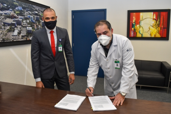 Hospital São Lucas da PUCRS formaliza contrato para testagem da CoronaVac e prepara seleção de voluntários