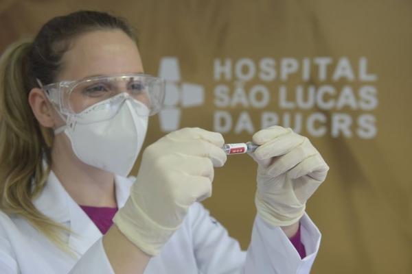 Hospital São Lucas da PUCRS busca profissionais da saúde acima dos 60 anos para participar de estudo da vacina Coronavac