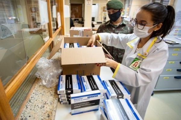 Hospitais gaúchos começam a receber medicamentos de nova remessa do kit intubação