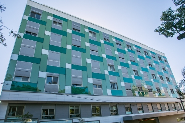 Hospital Moinhos registra os índices mais altos de internações e instala contêiner refrigerado anexo ao hospital