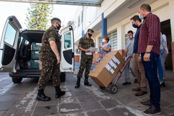 Secretaria da Saúde e Exército entregam 35 mil medicamentos do kit intubação a 51 hospitais do RS