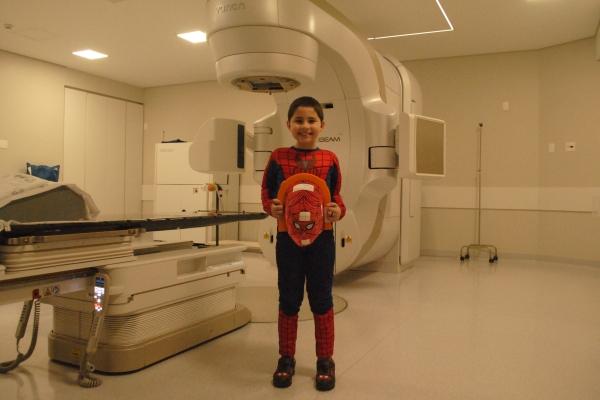 Menino de oito anos enfrenta sessões de radioterapia vestido de Homem-Aranha