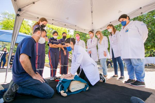 Treinamento gratuito para reanimação cardiopulmonar reúne centenas de pessoas